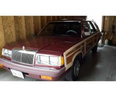 1986 Chrysler Town & Counrty red w/wood side panels